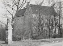 M 11948 Kasteel de Wijenburg in Echteld met een leeuw van Adam van Delen