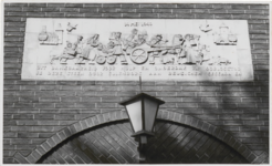 M 11959 Reliëf van het gemeentehuis in Beusichem, aangeboden door de bevolking van Culemborg aan Beusichem voor hulp en ...