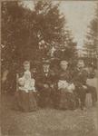 M 11993 Een groepsfoto met links Josina Johanna Van Fastenhout-Schouten (1873-1946) met op haar schoot Gerarda van ...
