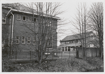 M 12001 De Thomas van Aquinoschool aan de Jacob Cremerstraat. De zijkant rechts met op de achtergrond het gebouw dat ...
