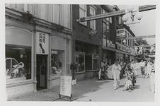 M 12011 De winkelpanden van Intervisie en de fotowinkel van Swanenberg aan de Voorstad