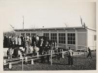 M 12093 Bezoekers van een wedstrijd van T.E.C. (Tielse Eendracht Combinatie) staan voor de kantine te wachten