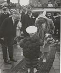 M 12108 Tijdens het bezoek van H.M. Koningin Juliana en Z.K.H. Prins Bernard aan Tiel werd de Koningin verwelkomd door ...