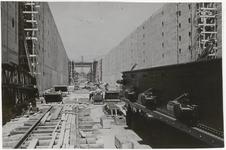 M 12110 De bouw van de sluis bij Tiel in het Amsterdam-Rijnkanaal komt in het eindstadium. Op de voorgrond rechts een ...