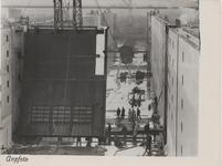 M 12111 Vanmorgen werd onder grote belangstelling een begin gemaakt met het afhangen van de sluisdeuren in de sluis van ...