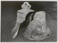 M 12117 Ongeveer 150 grote en kleine klokken, die door de Duitsers werden geroofd en vernield, worden in twee ...