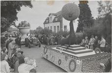 M 12119 Eén van de praalwagens uit het fruitcorso, dat zaterdag de duizenden toeschouwers in Tiel in verrukking heeft ...