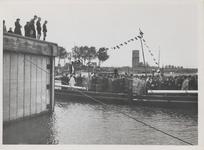 M 12129 Prominente personen verlaten op de pont de Tielse vluchthaven