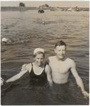 M 12137 De winnaars Ineke Geurts en Wim Rink, allebei uit Culemborg, die de jaarlijkse zwemwedstrijd Wijk bij ...