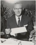 M 12142 Gisteren vierde de heer W. Bron uit Culemborg zijn 40-jarig jubileum als belastingambtenaar. Daar hij veel ...