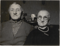 M 12147 Vrijdag viert het echtpaar Izak van Bentum de gouden bruiloft. Ze wonen achter café De Drie Snoeken te Lexmond, ...