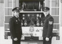 M 2141 Brandweer behaalt Nederlands kampioenschap in Heerenveen. Op de foto, links, brandweercommandant dhr. R. van der ...