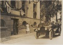 M 3727 Koningin Wilhelmina en Prins Hendrik brengen een bezoek aan Tiel. Op de foto rijdt de hofauto met het Koninklijk ...