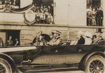M 3728 Koningin Wilhelmina en Prins Hendrik brengen een bezoek aan Tiel. Op de foto rijdt de hofauto met het Koninklijk ...