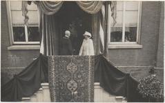 M 3730 Koningin Wilhelmina en Prins Hendrik brengen een bezoek aan Tiel. Op het bordes van het Gemeentehuis in de ...