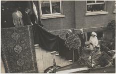 M 3731 Koningin Wilhelmina en Prins Hendrik brengen een bezoek aan Tiel. Op de foto eventueel het bordes van het ...