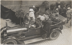 M 3732 Koningin Wilhelmina en Prins Hendrik brengen een bezoek aan Tiel. Op de foto het Koninklijk echtpaar bij ...
