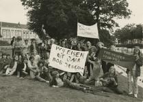 M 389 De States Jongeren protesteren in het Kalverbos tegen het feit dat zij geen jeugdcentrum hebben. Ze willen een ...