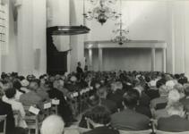 M 468 De ingebruikneming van de St. Maartenskerk. De voorzitter van de Kerkelijke Commissie dhr. M. Bekker houdt een ...
