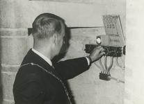 M 470 Burgemeester A.A.H. Stolk stelt het carillon in werking