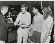 M 4861 Wethouder Van den Burg, links op de foto, reikt de sportprijs van de Gemeente Tiel vanwege het 25-jarig bestaan ...