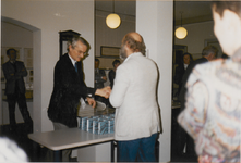 M 5435 Vanwege de viering van het 25-jarig jubileum van het Streekarchivariaat Tiel Buren Culemborg, reikt Burgemeester ...