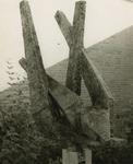 M 579 Naast de hoofdingang van de B.L.O.-school, gelegen aan de Jonge Schutskooilaan, staat een beeld van Albert ...