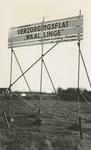 M 723 Het publikatiebord met het opschrift Verzorgingsflat ''Waal-Linge , staat op de grond waarop de verzorgingsflat ...