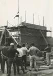 M 740 Bij het bereiken van het hoogste punt van de bouw van het regionaal woonwagenkamp, hijst Burgemeester Borrie de vlag