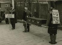 M 769 Een opname van de optocht op Koninginnedag, waarin een groep van personen opening van zaken wensen over de nog ...