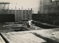 M 783 Het aannemersbedrijf Joustra is bezig met het maken van de bekisting van de zijwanden van het overdekte zwembad ...