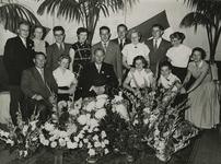 M 827 De receptie bij de zwemvereniging Vahalis. Op de foto het dames- en herenzevental met hun trainer, dhr. J. de ...