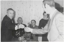 M 8532 Dhr. M. Berends (links) in Ommeren, samen met vier andere personen