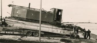 M 875 Een zware machine wordt op de veerstoep gezet