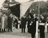 M 880 De officiele opening van de veerstoepen te Tiel. Burgemeester dr. mr. A.A.H. Stolk opent de nieuwe veerstoepen ...