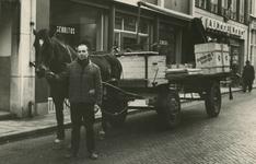 M 913 Voerman Ton Bek, in dienst van bode Van Os, staat met de laatste Tielse paardentractie in de Waterstraat