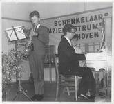 M 9247 Waarschijnlijk muziekconcours in Ophemert, op de achtergrond bord Schenkelaar muziekinstrumenten Eindhoven, ...
