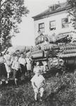 0690-6402 Geallieerde tank voor huis Landzicht te Kapel-Avezaath