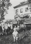 0690-70 Geallieerde tank voor huis Landzicht te Kerk-Avezaath,