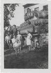 0690-7769 Soldaten en moeder met kinderen poseren bij een tank van de geallieerde bij huis Landzicht te Kerk-Avezaath