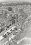 1062 Stadhuis met weekmarkt. Foto genomen vanaf de Vierkante Toren