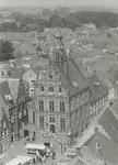 1064 Stadhuis met weekmarkt. Foto genomen vanaf de Vierkante Toren