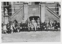 4554 Groepsfoto van onbekend gezelschap voor het stadhuis.