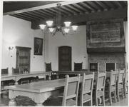53 Raadszaal in de Schepenzaal van het oude Stadhuis; met op de foto een schilderij van Koningin Juliana
