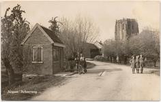 1146 Een prentbriefkaart van een weegbrug met stenenweeghuisje (1919) in Acquoy aan de Achterweg met enkele poserende ...