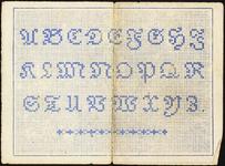 7359 Dit zijn negen losse patroontjes uit leporello gevouwen boekjes, klein formaat