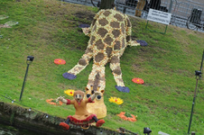 Mozaiëken Fruitcorso 2013. Mozaiek met als titel Jetje en Fietje spelen samen , gemaakt door STG Corsowagen Tiel