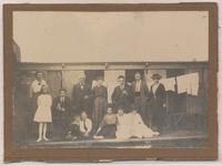 D 1033 Een groepsfoto van de familie van der Helden-van Alphen in het zwembad te Tiel. De drie personen links ...