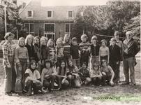 D 213 Foto van de Openbare Lagere School 'De Daverhof' in Kerk-Avezaath (gem. Buren) van een afsluitend schoolreisje ...