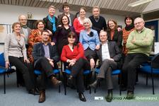 D 288 Groepsfoto van de medewerkers van het Regionaal Archief Rivierenland. 1e rij (achter): Carla le Poole, Kevin van ...